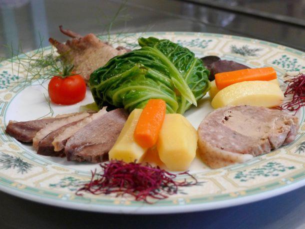 pot au feu de canard et sa feuille de chou farcie au foie gras sud ouest gourmand le