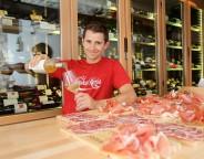 Vincent Damestoy dans son bar à vins, la Karafe à Bayonne