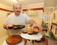 Didier Irastorza travaille chez Alex Bonneau, le pâtissier kanboar adhérent d'Eguzkia (photo Jean-Daniel Chopin)