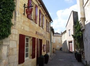 Le restaurant Le Clos du Roy, à Saint-Emilion, faisant face à sa terrasse.