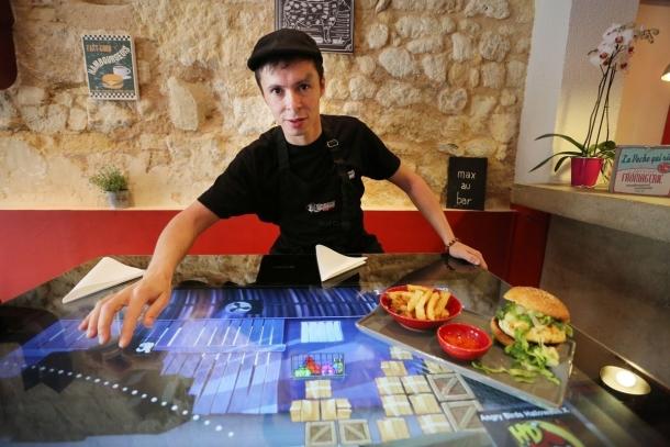 a bordeaux, « max » sert les hamburgers sur écrans tactiles | sud